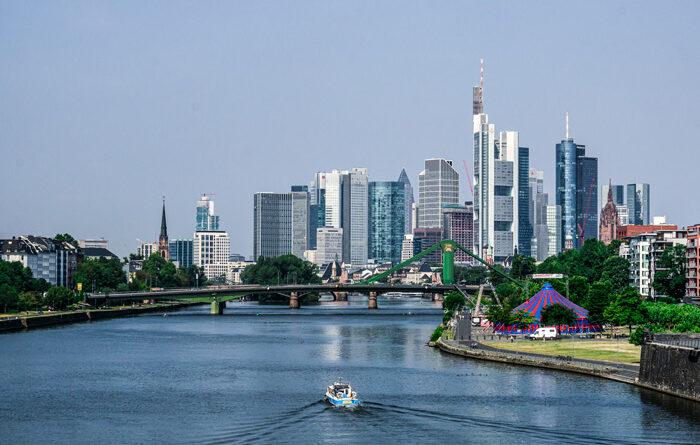 Skyline Frankfurt, fotografiert von der Deutschherrenbrücke, Aufnahmedaten: 55 mm (APS-C), f 13, 1/1000 sec., ISO 400